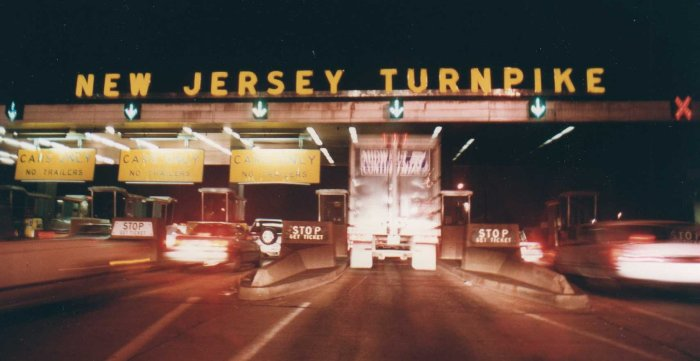 New_Jersey_Turnpike_Exit_11_Tollbooth_at_night,_1992.jpg
